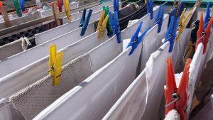 Wäsche verteilt auf Wäscheleine